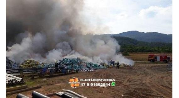 Incêndio de grandes proporções atinge depósito de resíduos sólidos, em Timbó